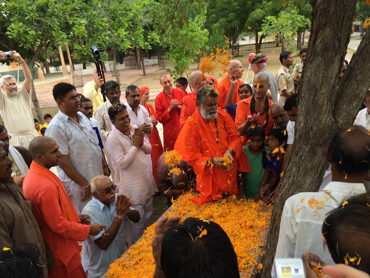 7a-Sri-Mahaprabhujis-bed-was-welcomed-with-worship-and-joy