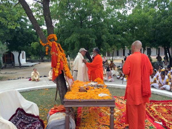 15-Swamiji-offers-shawl-to-Sri-Ram-Chandraji-as-token-of-thankfulness-for-his-most-valuable-gift-to-the-Ashram