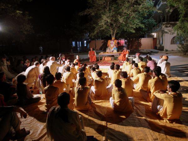 21-Evening-Satsang-at-the-feet-of-Sri-Mahaprabhuji