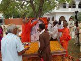9-MM-Swami-Jasraj-Puriji-offering-shawl-to-Sri-Mahaprabhuji