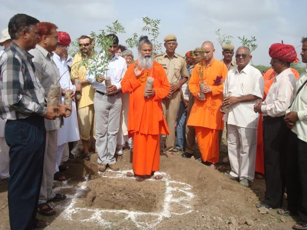 Swami-Maheshwarananda-chanting-mantras-for-trees