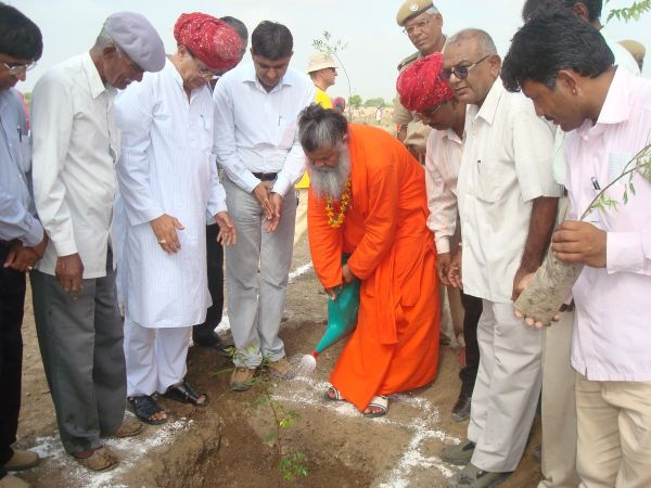 Swami-Maheshwarananda-giving-tree-first-water